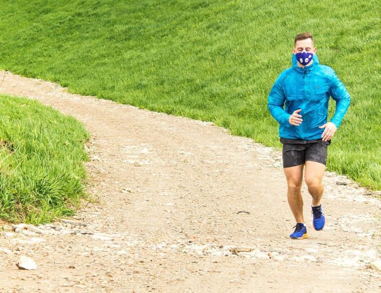 Zu sehen ist ein Mann mit Stoffmaske beim Joggen.