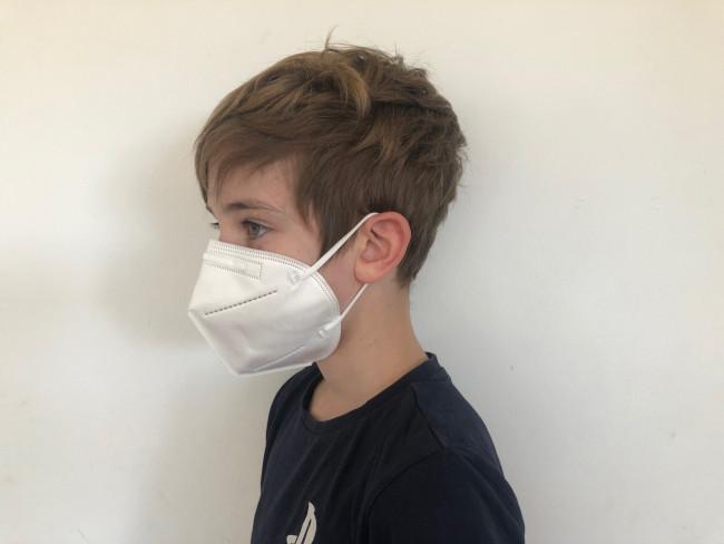 Man sieht einen Jungen mit FFP2 Maske