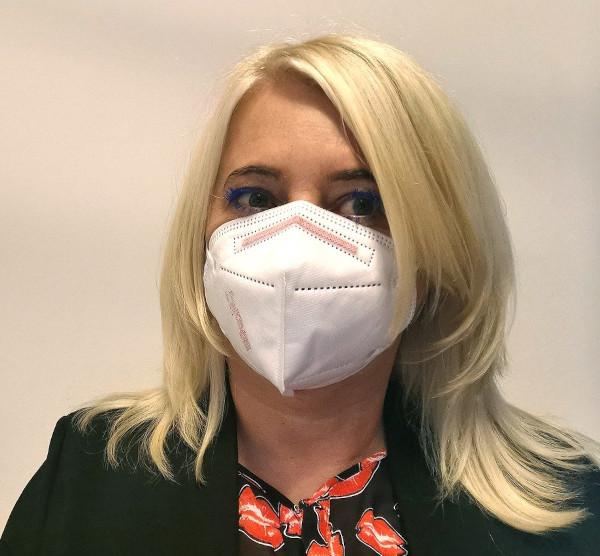 Zu sehen ist eine Frau mit einer FFP2 Maske.