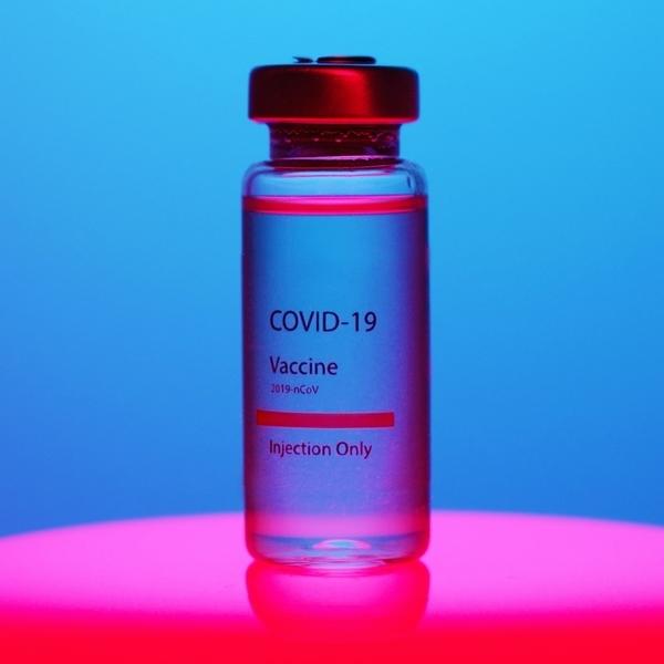 Zu sehen ist ein Fläschchen, das einen der Impfstoffe gegen das Coronavirus SARS-CoV-2 enthält.
