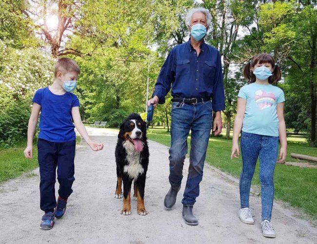 Grossvater-Enkelkinder-Hund-Maske