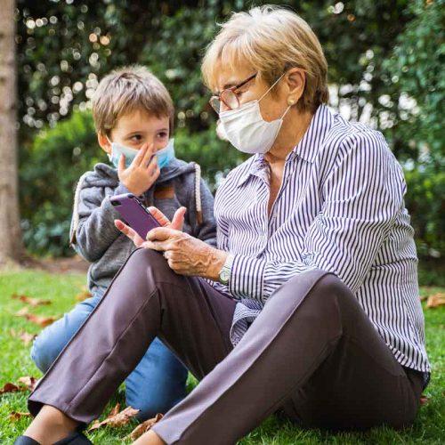 grossmutterr-spielt-enkelkind-maske